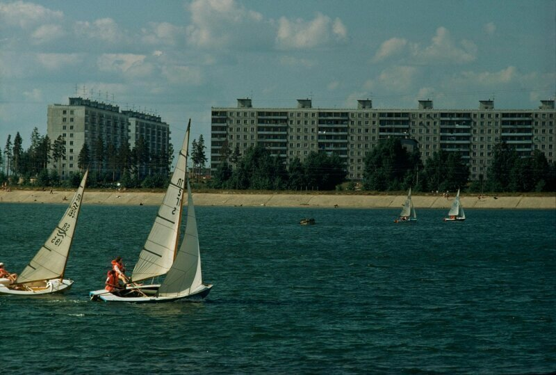 1976 год. Лодки проплывают мимо жилых домов на берегу Обского моря