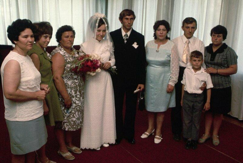 1974 год. Молодожены с роднёй позируют для свадебной фотографии