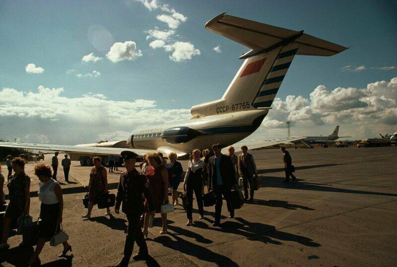 1976 год. Самолет Як-40 высаживает пассажиров, летний день