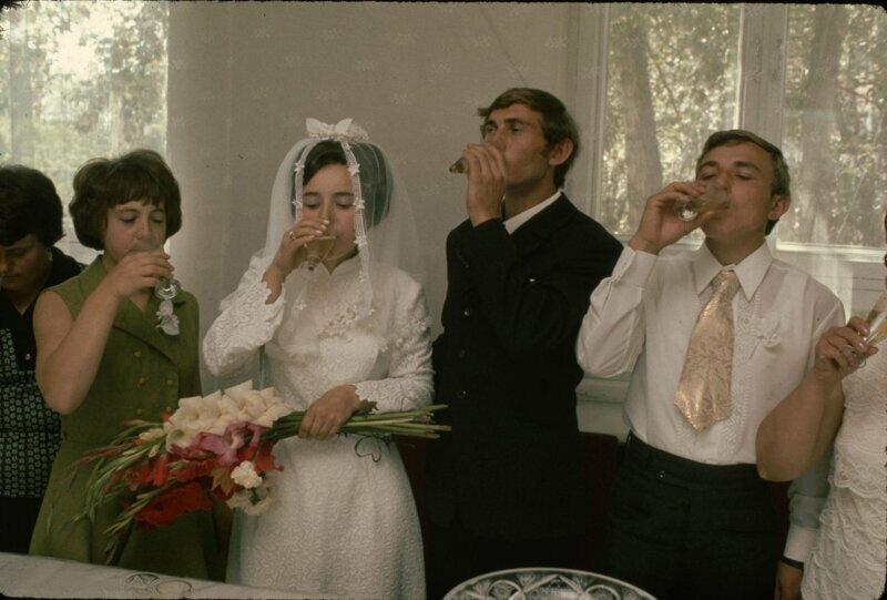 1974 год. Родственники жениха и невесты присоединяются к паре, в тосте, в новосибирском Дворце бракосочетания