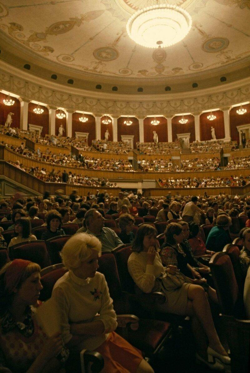 """1976 год. Публика ждет начала """"Лебединого озера"""" в богато украшенном оперном театре"""