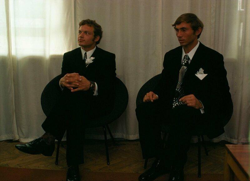 1974 год. Молодые люди ждут своих невест во Дворце Бракосочетания