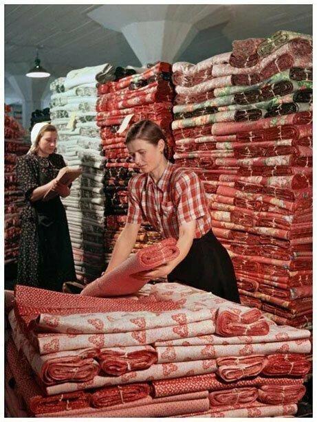 Работницы-стахановки Ивановской выходной базы Антонина Марфина (справа) и Александра Морозова за упаковкой стеллажа