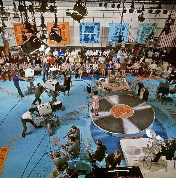 """Студийный павильон во время передачи """"Алло, мы ищем таланты"""""""