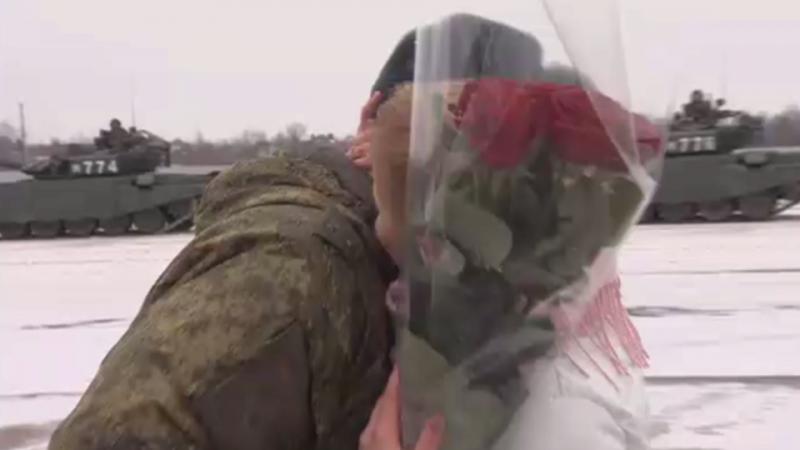 Среди танков: российский военный сделал предложение возлюбленной на полигоне