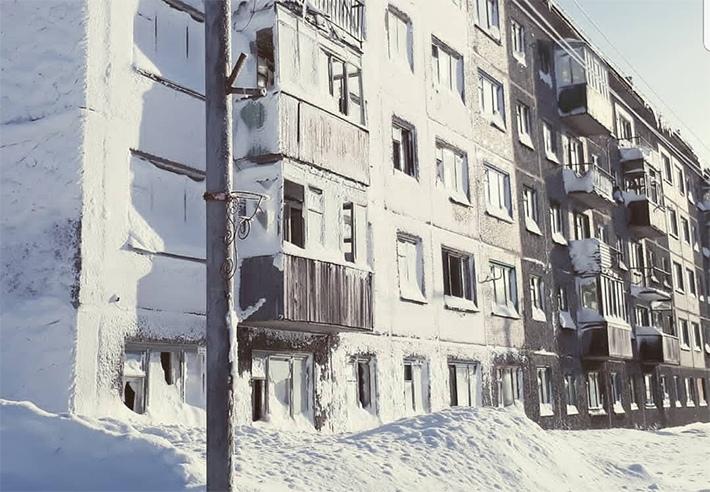В Воркуте люди прыгают в сугробы прямо из окон многоэтажек
