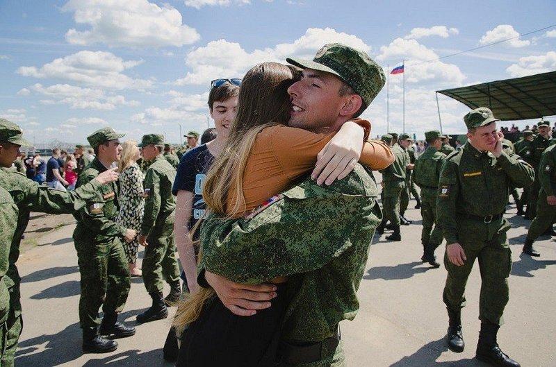 Половина россиян уверена, что поздравлять с Днём защитника Отечества нужно только военных