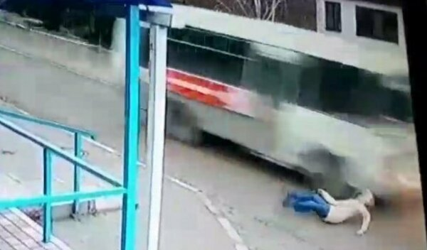 Девушка чудом избежала смерти под колесами автобуса: видео