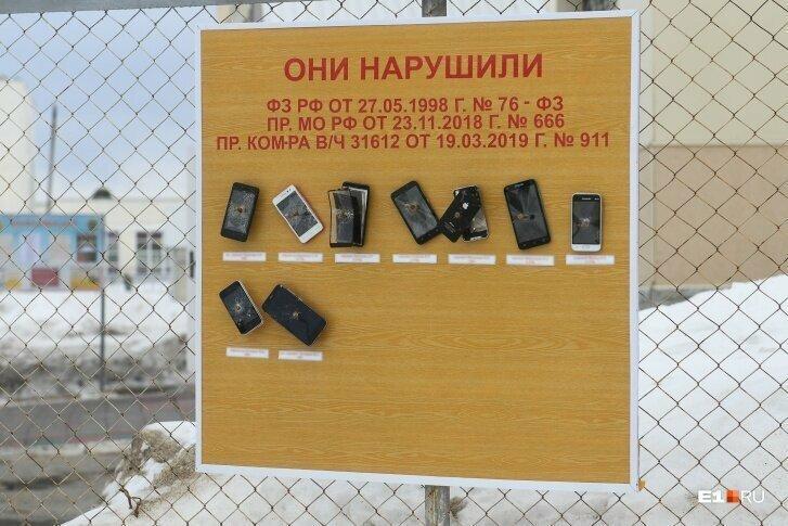 На Урале телефоны проштрафившихся солдат прибили гвоздями к доске позора