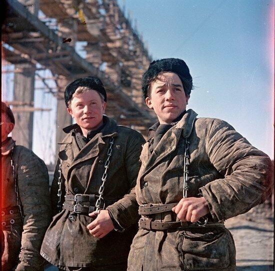 Юные высотники на стройке в Павлодаре, Казахстан
