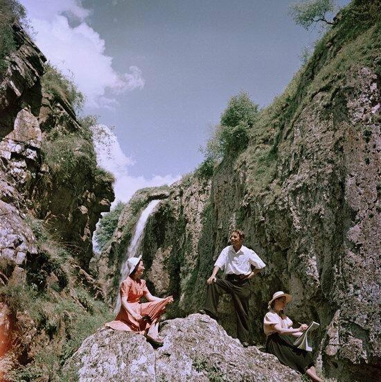 Молодые люди наслаждаются отпуском в горах неподалеку от Кисловодска, 1950