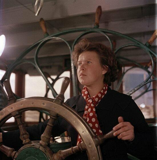 Женщина управляет кораблем на Волге, Казань, 1950