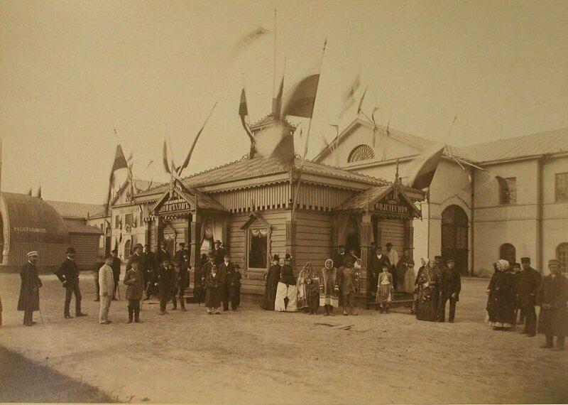 Выставка 1887 года. Посетители у входа в павильон гнутой мебели фабрики Войцехова