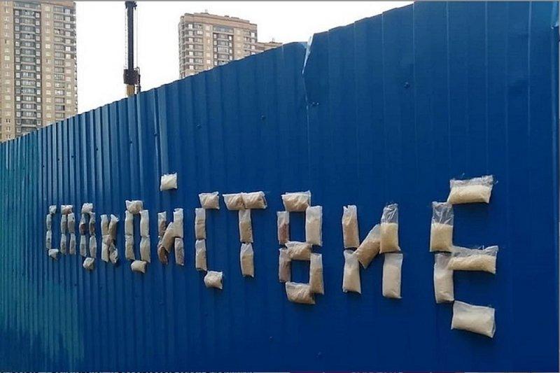 Вдохновленные паникой: в Петербурге появилась инсталляция из гречки и туалетной бумаги