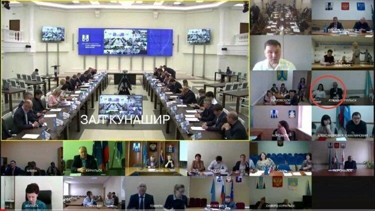 Российский мэр залез под юбку подчиненной прямо во время видеоконференции
