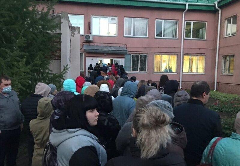 В Омске медики выстроились в огромную колонну, чтобы сдать тест на коронавирус