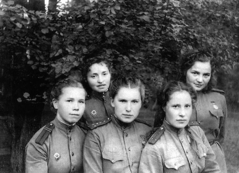 Женщины-медики из 395 отдельного медико-санитарного батальона 237-й стрелковой Краснознаменной дивизии