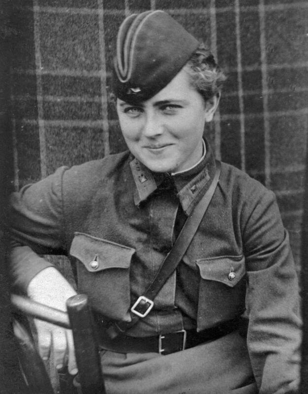 Начальник связи 588-го ночного легко-бомбардировочного авиационного полка младший лейтенант Евгения  Жигуленко