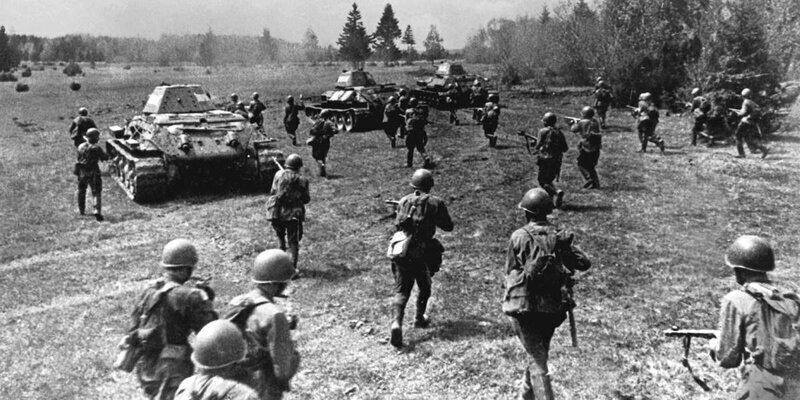 Советские бойцы в наступлении