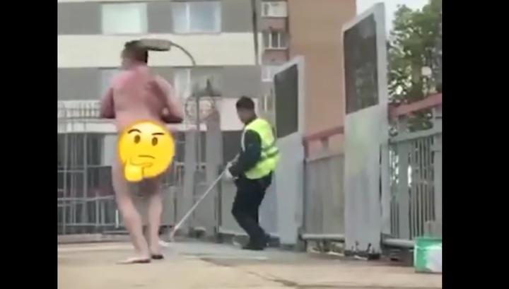 В Москве голый мужчина пробежался по рельсам и облил людей краской