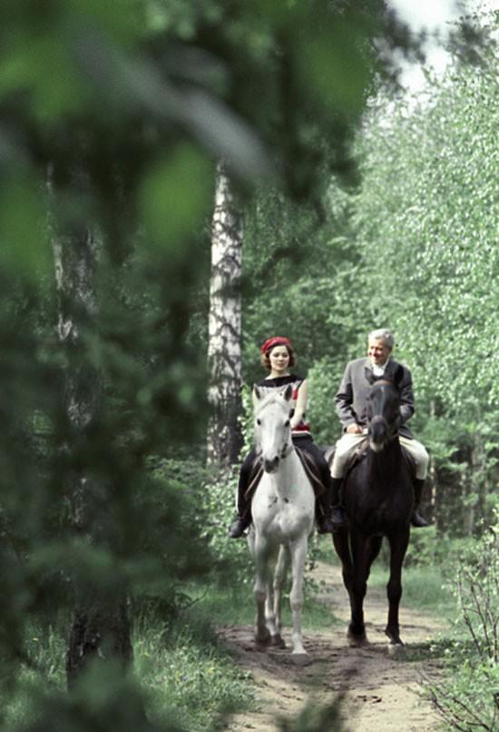 Лариса Голубкина, актриса Центрального академического театра Советской армии, берет уроки верховой езды. Июнь 1964 года.