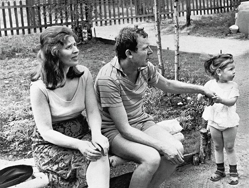 Иннокентий Смоктуновский с женой и дочерью на даче под Ленинградом в поселке Горьковский, 1967 г.