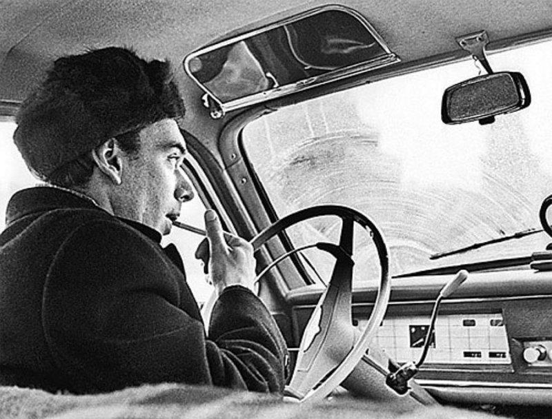 Актер Алексей Баталов на своей машине. 18 января 1964 года