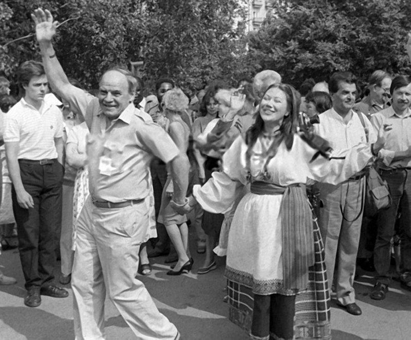 Михаил Глузский в праздничном хороводе. 24 июля 1987 года