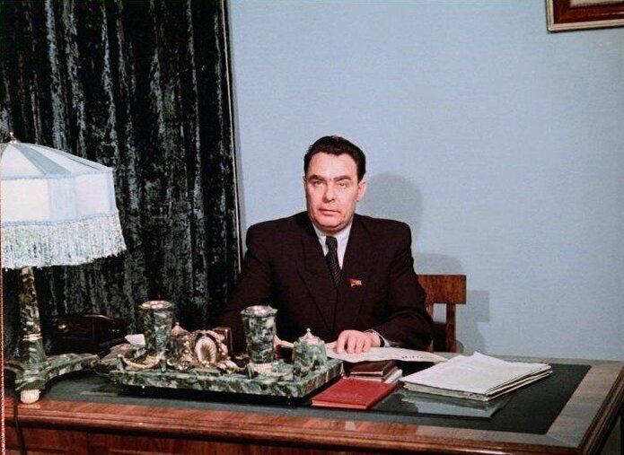 Леонид Ильич в рабочей и домашней обстановке