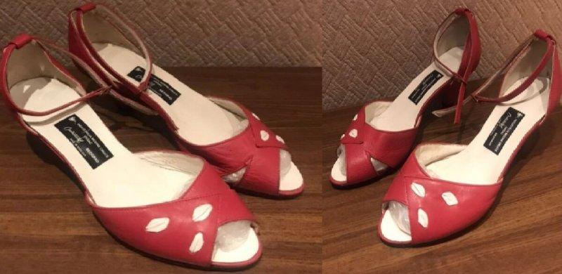 Ярко-красные босоножки с модным ремешком: