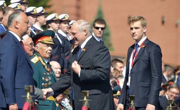 """""""Он украл мое сердце"""": Сын Лукашенко, побывавший на Параде Победы в Москве, влюбил в себя россиянок"""
