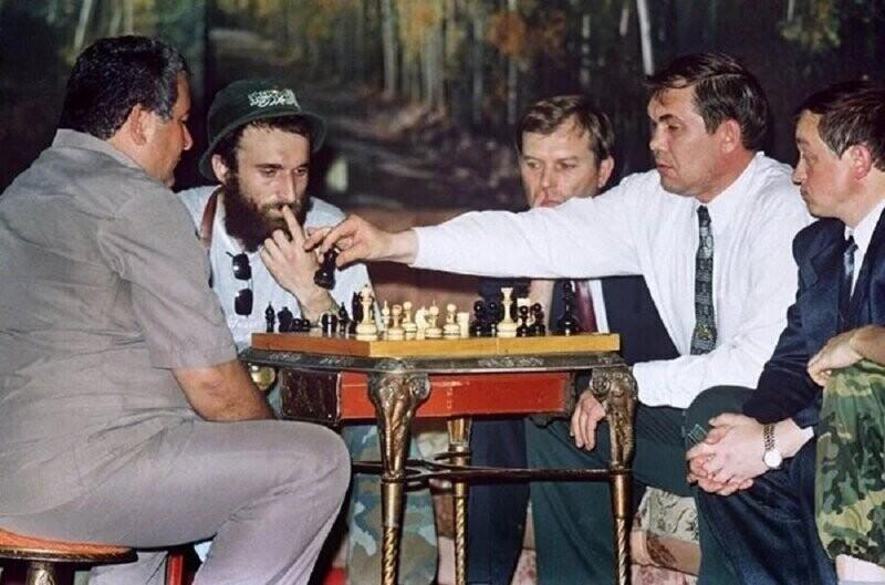 Александр Лебедь играет в шахматы с Ширвани Басаевым, одним из чеченских лидеров и братом Шамиля Басаева, во время перерыва в переговорах о политическом статусе Чеченской республики в селе Новые Атаги, 1996 год
