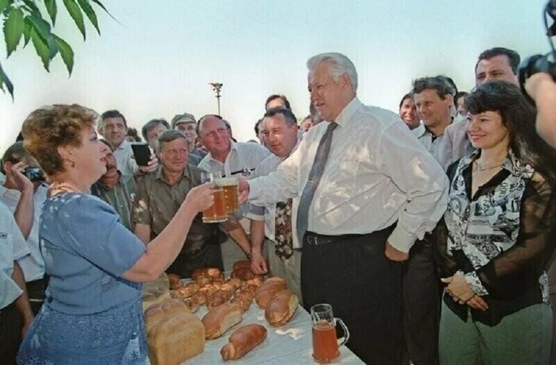 Борис Ельцин пьёт пиво с местными жителями, когда он сделал внеплановую остановку по дороге в Новочеркасск, 1996 год