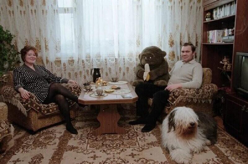 Генерал Александр Лебедь и его жена Инна дома в Москве, 1997 год
