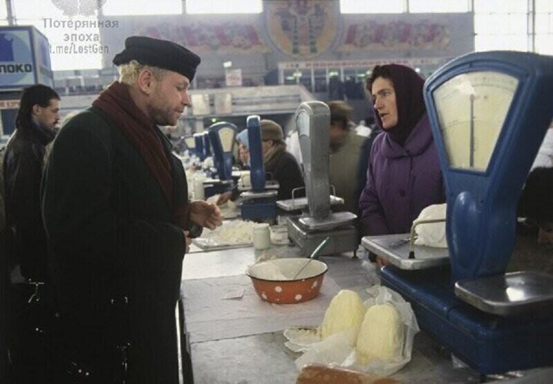Борис Моисеев выбирает творог на рынке в Минске, 1996 год