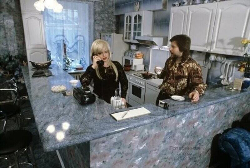 Лариса Долина беседует по телефону на своей кухне, 1994 год