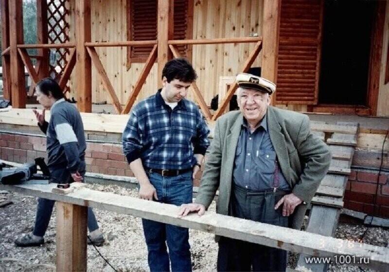 Юрий Никулин на строительстве своей дачи. Россия, середина 90-х