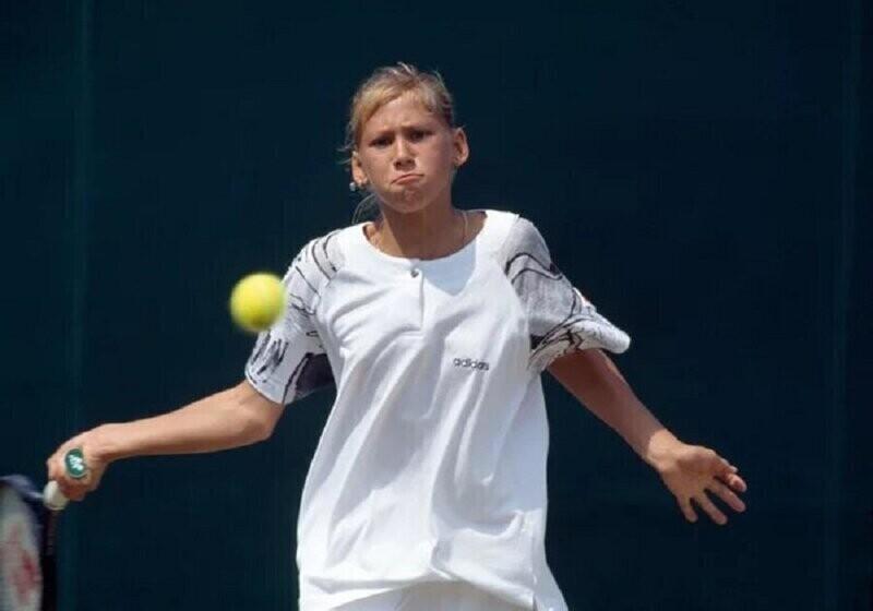 Анна Курникова во время матча на Уимблдонском турнире по теннису в Лондоне. 1994 год