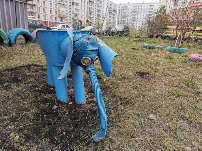 В этом дворе даже слоник какой-то синий и печальный...