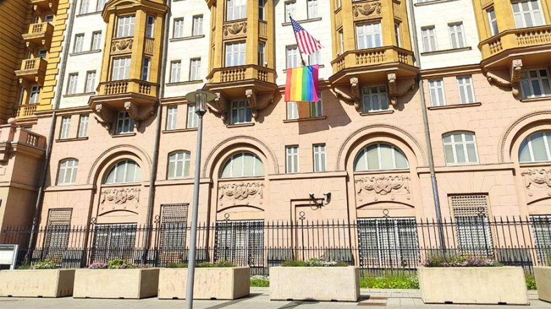 """""""Гоу хоум со своими ценностями"""": реакция России на флаг ЛГБТ в Москве"""