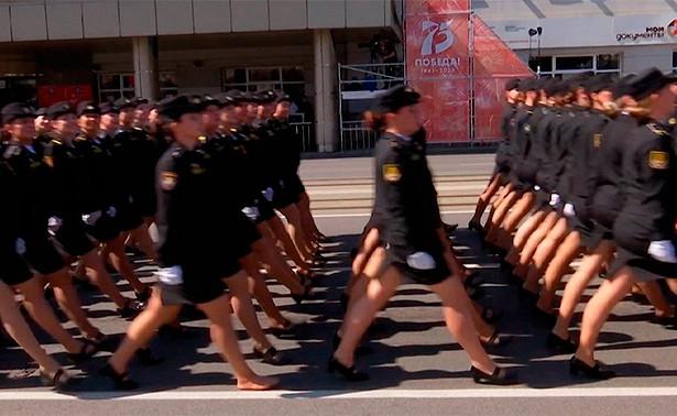 В Калининграде участница парада, потерявшая туфлю, получила награду