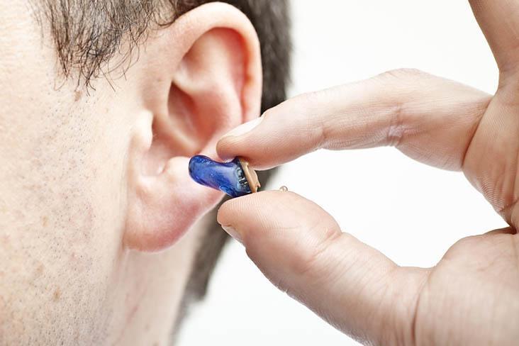 Во время сдачи ЕГЭ  школьника-инвалида заставили снять слуховой аппарат