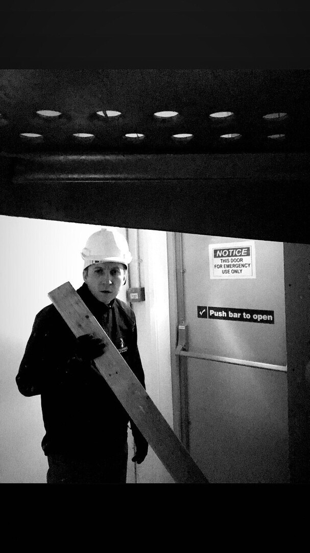 """Борис Левин из """"Интернов"""" работает простым официантом в Лондоне"""
