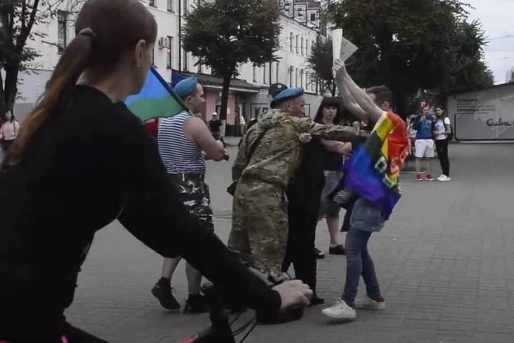 """""""Геи тоже служат в ВДВ"""": в Ярославле ЛГБТ-активист испортил настроение десантникам"""