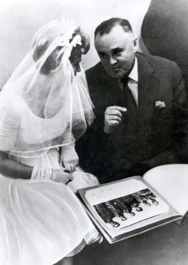 Валентина Терешкова и главный конструктор Сергей Королев во время свадьбы Терешковой и Андрияна Николаева. Москва, 3 ноября 1963 года