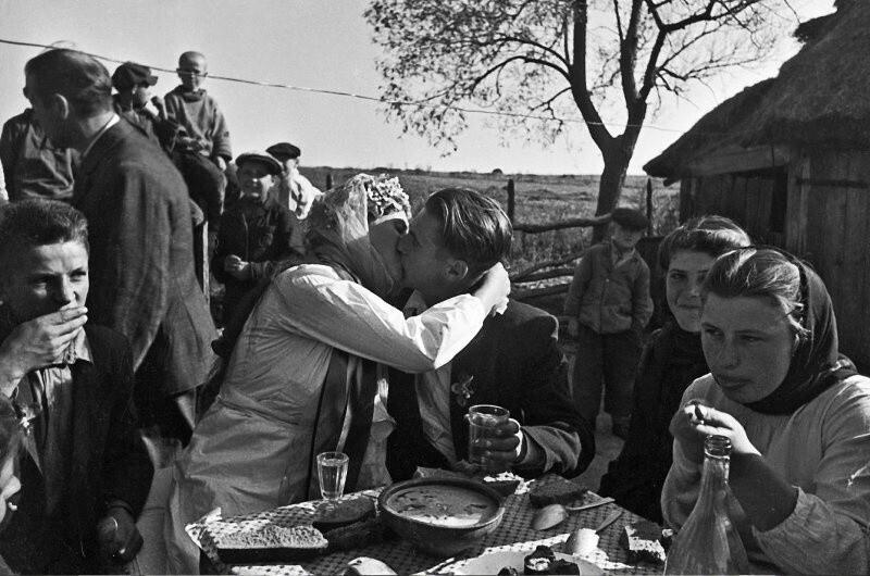 Молодожены Маруся и Василь Макаренко, 1950 год. Автор фото: Олег Кнорринг