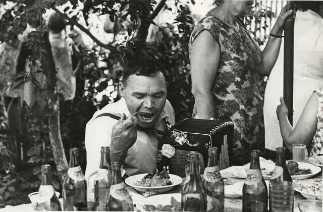 """Баянист на свадьбе. Из серии """"Городок"""", 1975 год. Автор фото: Юрий Рыбчинский"""
