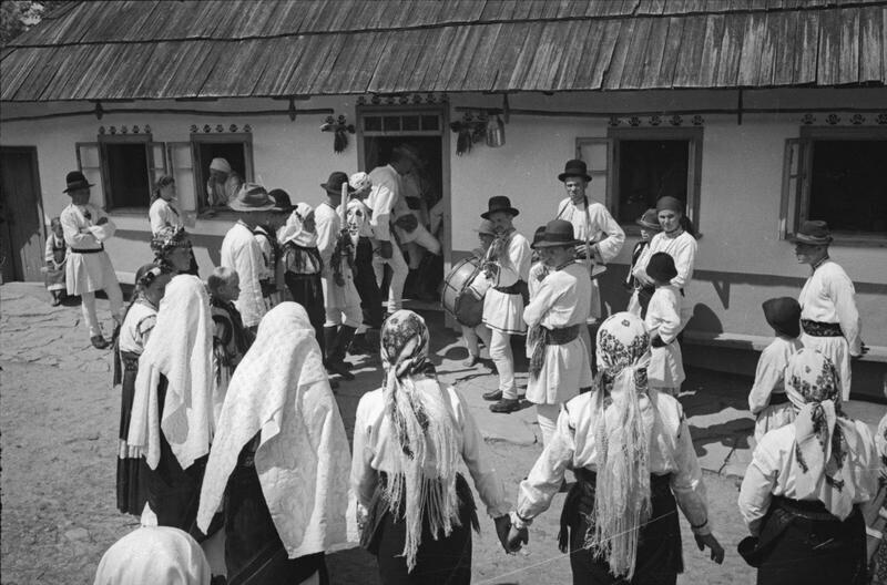 Деревенская свадьба. Деревня Михальцы, Северная Буковина, Молдавская ССР, 1940. Автор фото: Георгий Петрусов