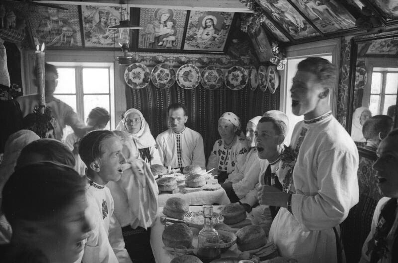 Свадебное застолье в хате. Деревня Михальцы, Северная Буковина, Молдавская ССР, 1940. Автор фото: Георгий Петрусов