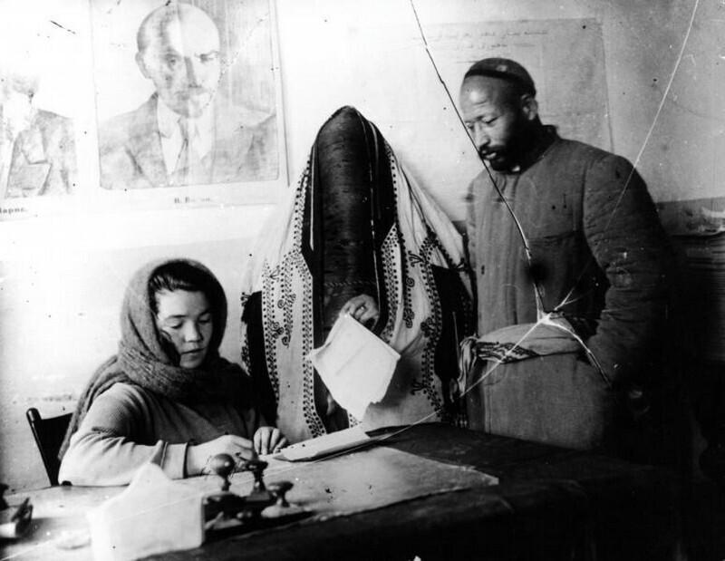 В ЗАГСе, Узбекская ССР, 1925 год. Автор фото: Зельма Георгий Анатольевич